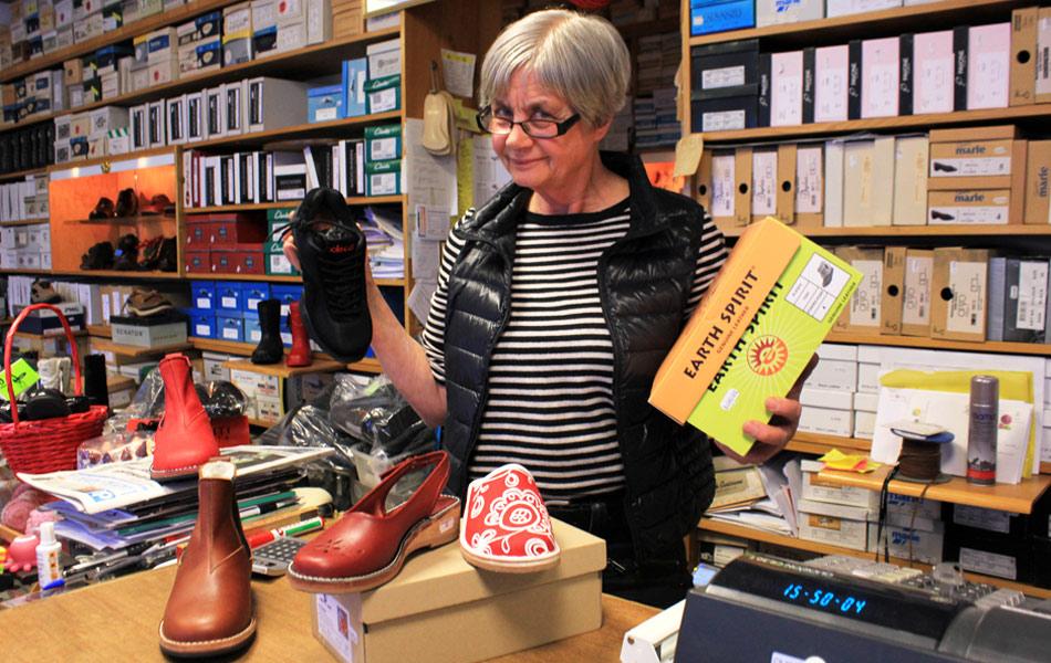Anna-Lisa Engström driver Björkströms skobutik.