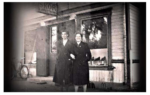 Systrarna Ester och Ingrid utanför den gamla butiken.